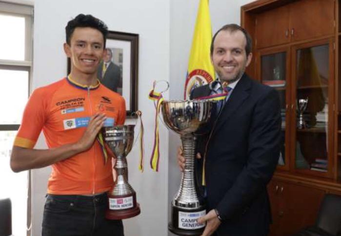 Director de Coldeportes con ciclista colombiano
