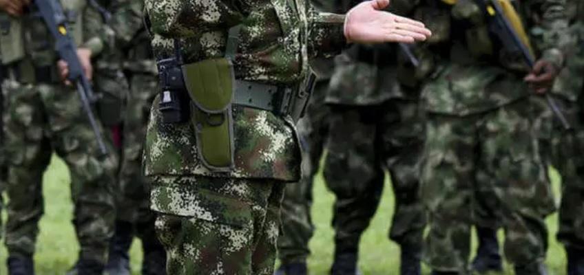 image for Hombres de la Policía y Ejército tras el máximo líder del Clan del Golfo