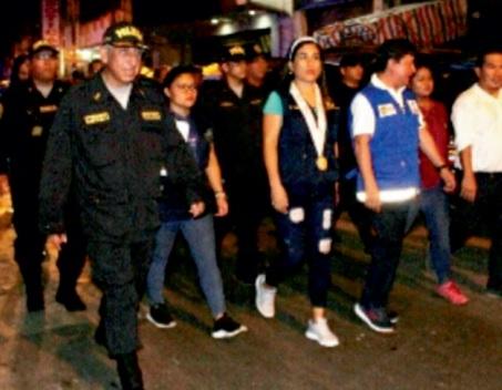 Personas caminado en una calle de Punchana