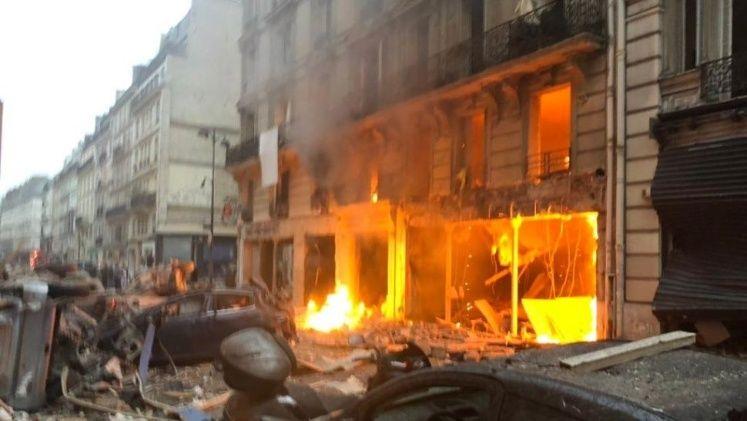 Edifico en Paris en llamas tras una explosion