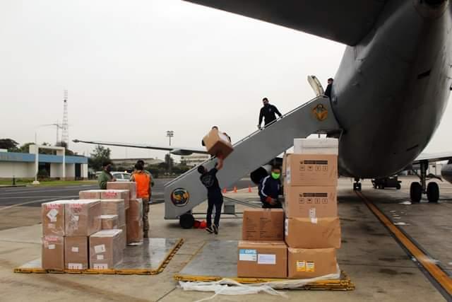 image for Aviones de FAP trasladan material sanitario y balones de oxígeno