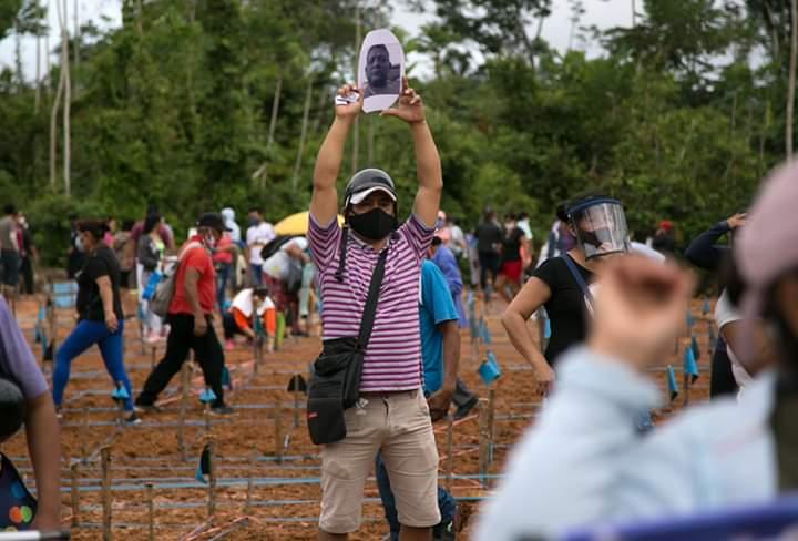 image for Familiares de víctimas de covid 19 protestan señalización de restos