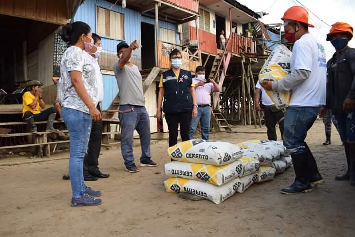 image for Alcaldesa Jane Donayre entrega de 20 bolsas de cemento