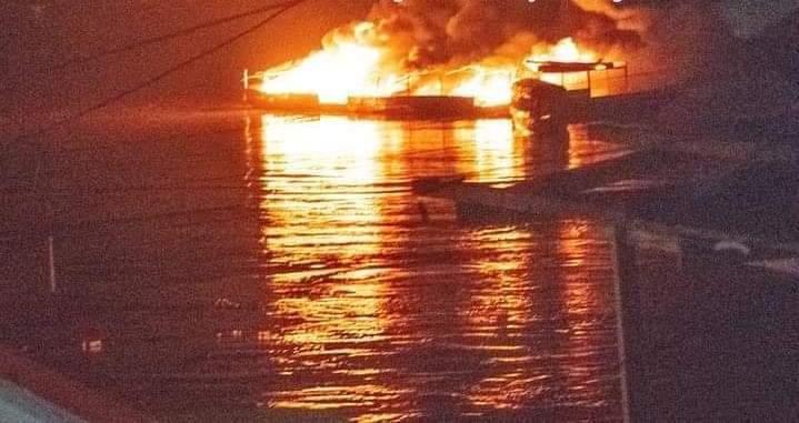 image for Grifo flotante y botes se incendian en el puerto de Yurimaguas