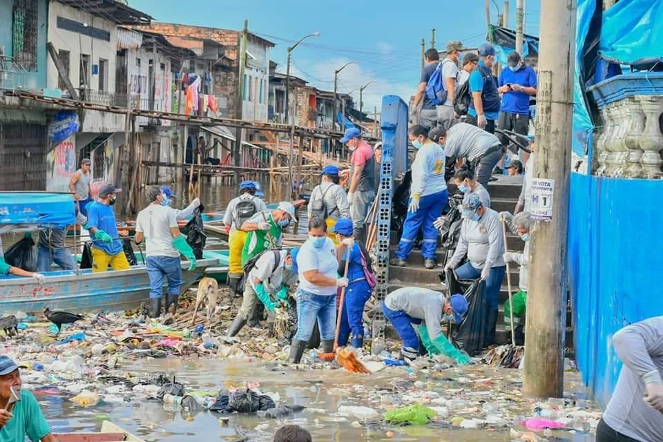 image for Limpieza de desperdicios sólidos acumulados debajo de la Glorieta