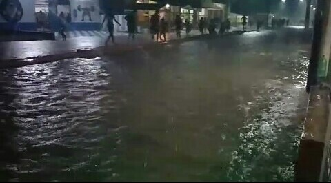 image for Forte chuva deixa ruas alagadas
