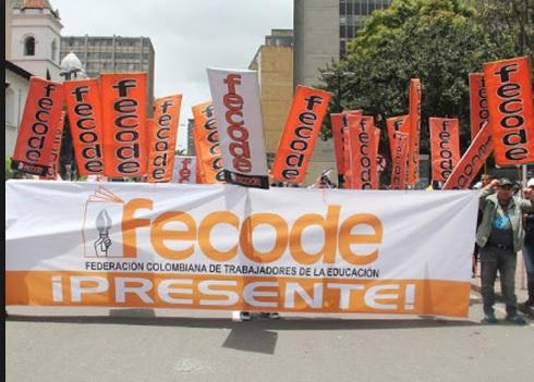 Personas en calles con pancartas