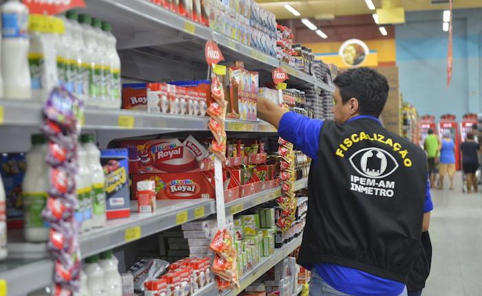 Pessoa em um supermercado supervisionando