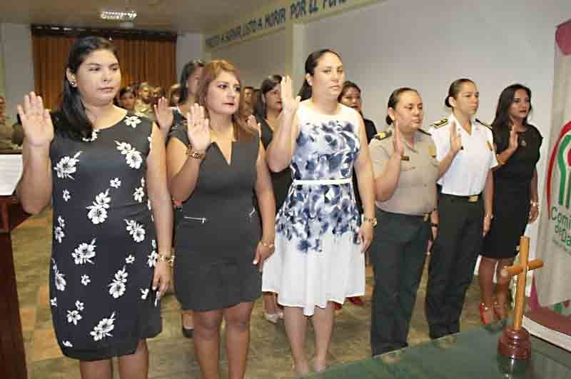 Mujeres en acto protocolario de juramento de bandera
