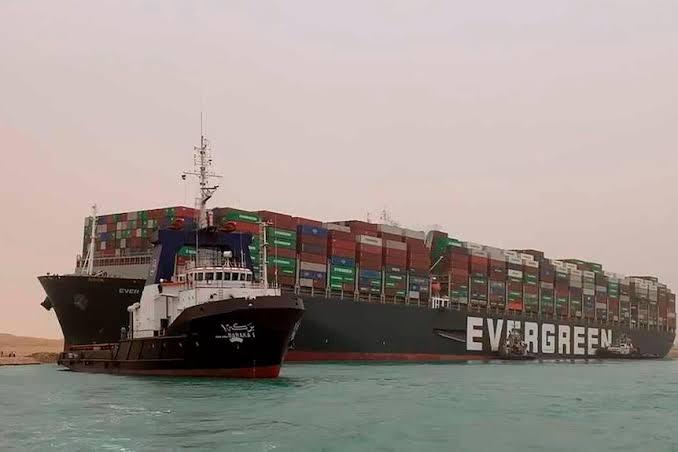 image for Portacontenedores permanece atascado en el canal de Suez