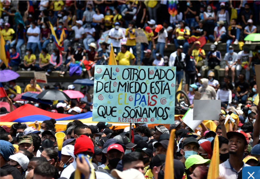 image for Colombianos protestan por cuarto día consecutivo contra reforma tributaria