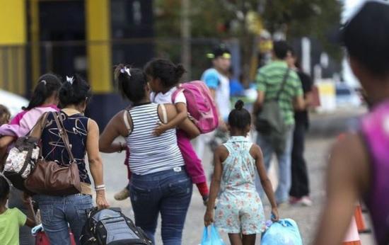 Pessoas que passam a fronteira