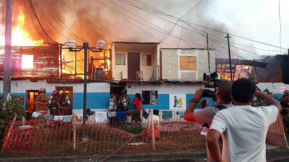 Viviendas en la cuadra 24 de la avenida incendiandose