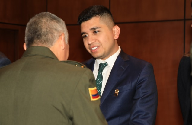 Ministro de Vivienda recibiendo la medalla Cabo segundo Luis Eduardo Pinto Fuentes