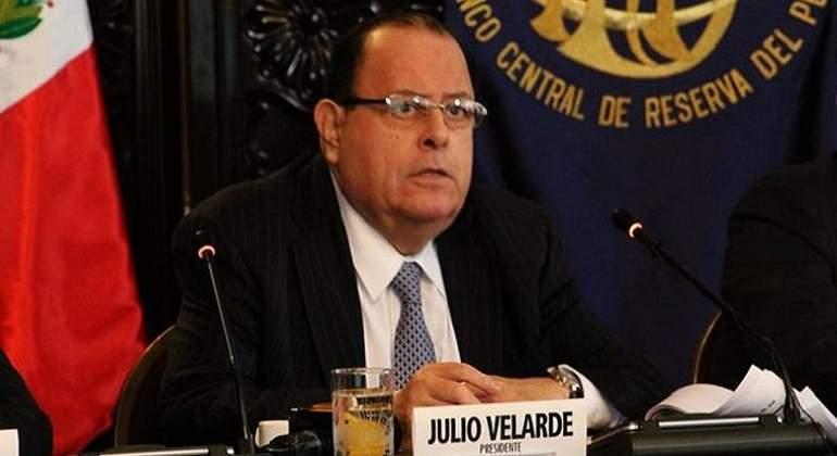 Presidente del Banco Central de Reserva en una oficina