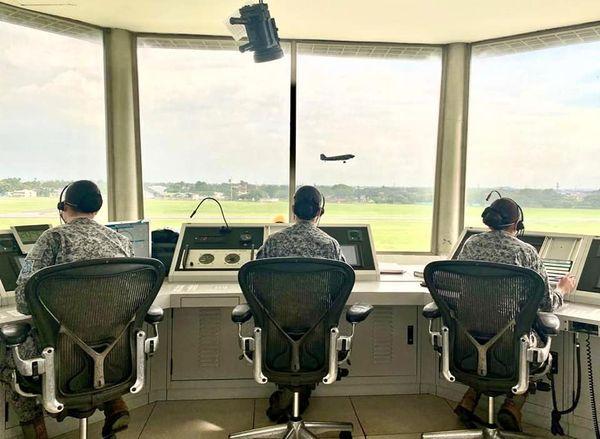 image for Tres mujeres controladoras aéreas estuvieron al mando de la Torre de control