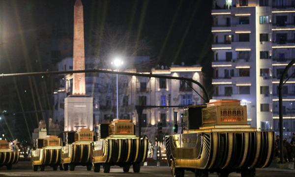 image for Momias de faraones desfilan por las calles de El Cairo hacia un nuevo museo
