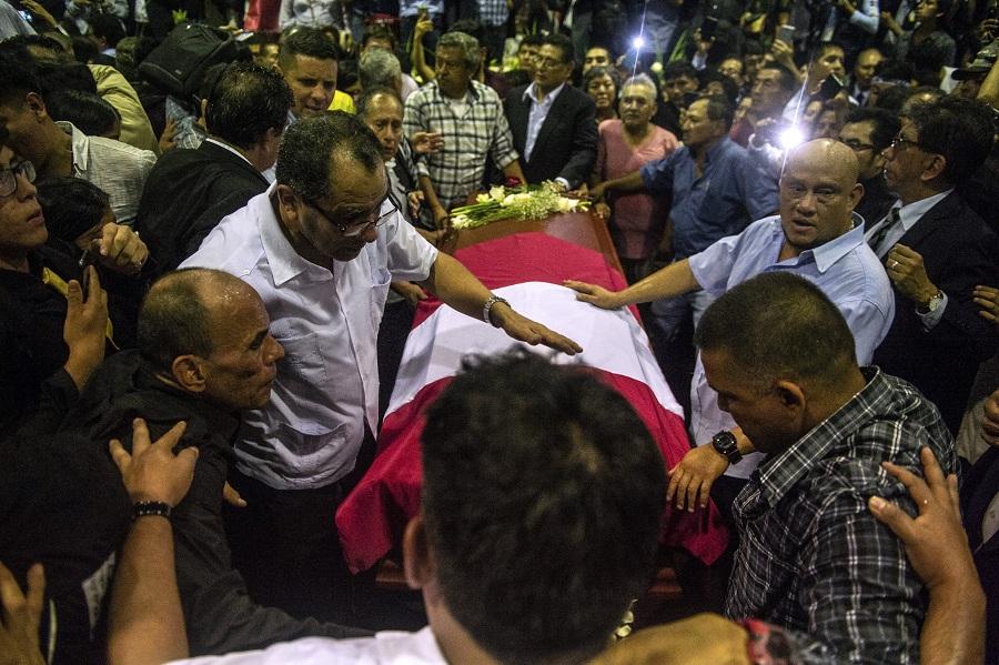 Personas al lado del ataul del fallecido presidente Alan Gacia