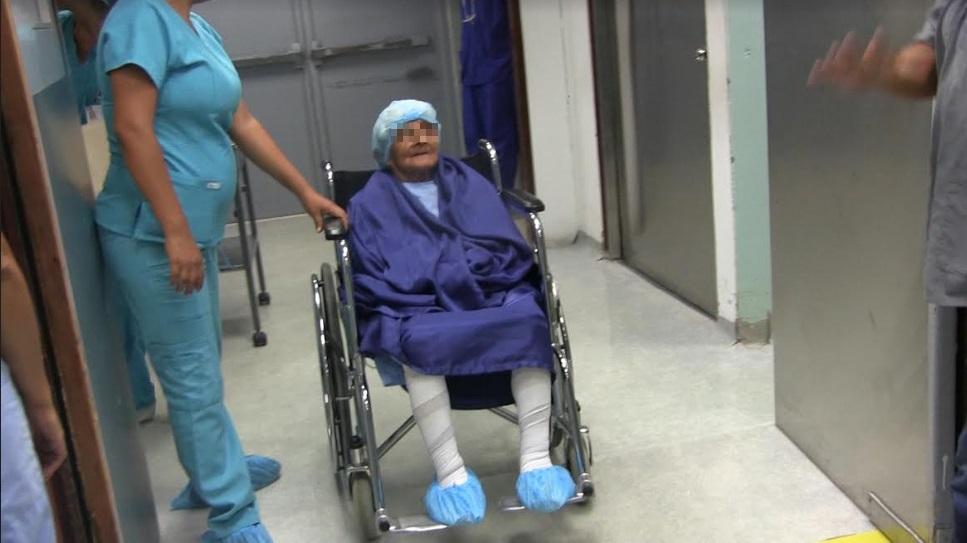 Señora de 98 años en una silla de ruedas despues de ser operada