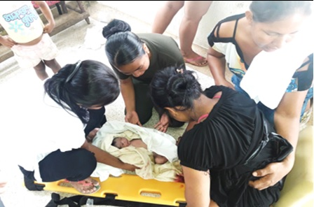 Personas ayudando a una mujer a dar a Luz