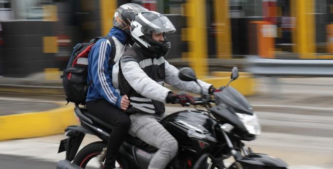 Personas en una moto