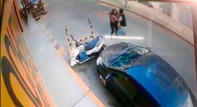 image for Delincuente toma de rehén a mujer policía y es abatido