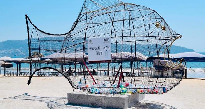 image for México instala en la playa pez gigante para recolectar plásticos