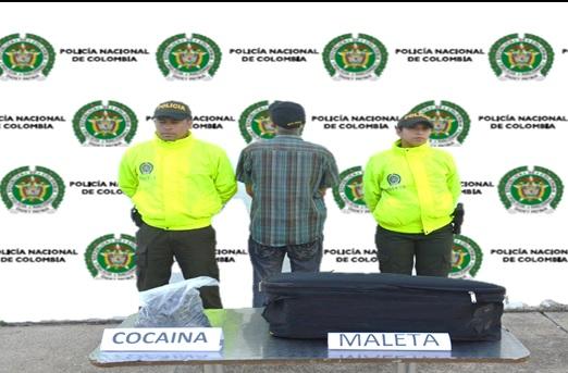 Dos policias al lado de un capturado
