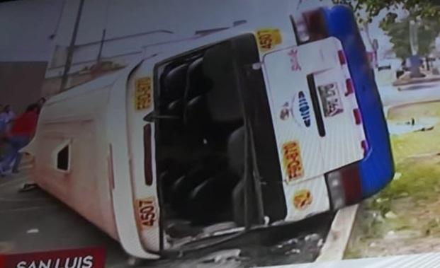 Carro despues de estrellarse con otro auto