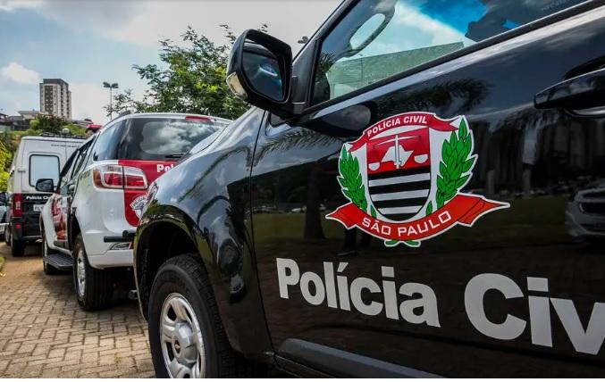 Carros de polícia alinhados na rua