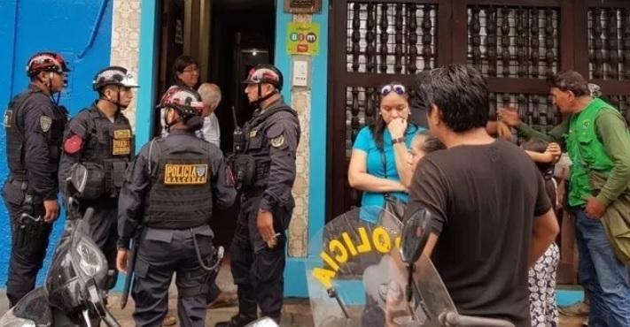 Personas a las afueras de comercio despues de ser asaltado