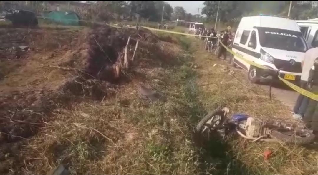 image for Accidente y muertos en carretera, carro atropella transeuntes