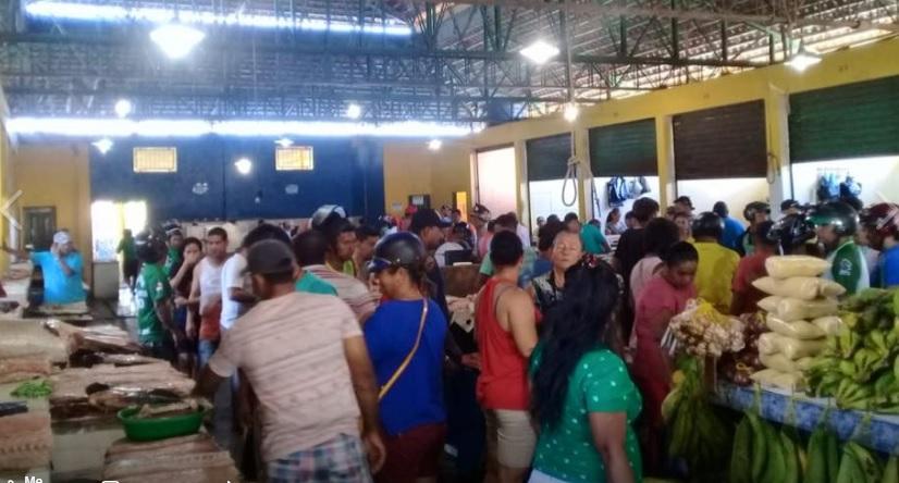 Pessoas em um mercado