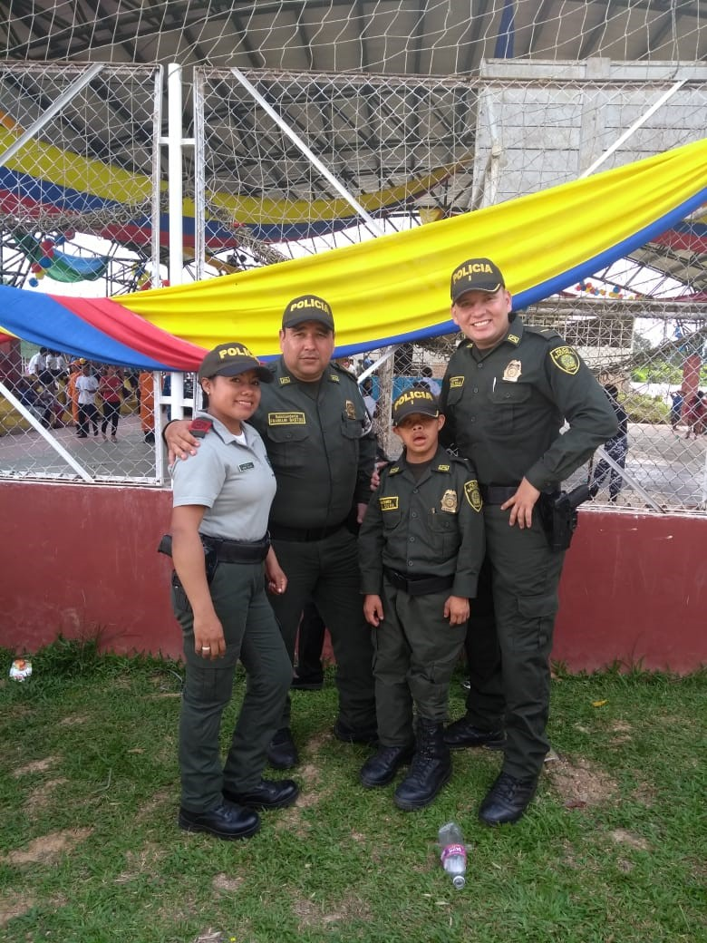 Carlos Andres Coello al lado de tres personas