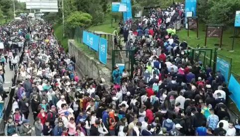 Personas en multitud subiendo Monserrate