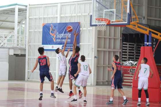 Jovenes jugando baloncesto