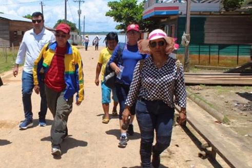 Secretario de Educacao Valdiney dos Santos caminhando pela rua