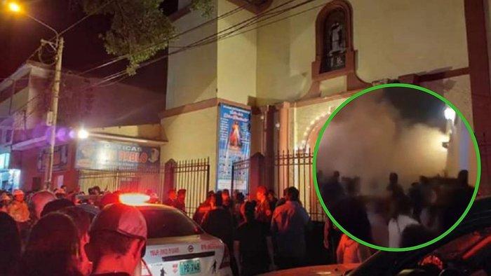Personas a las afueras de una iglesia donde el techo colapsa