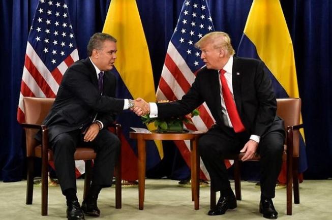 Trump y Duque estrechando las manos