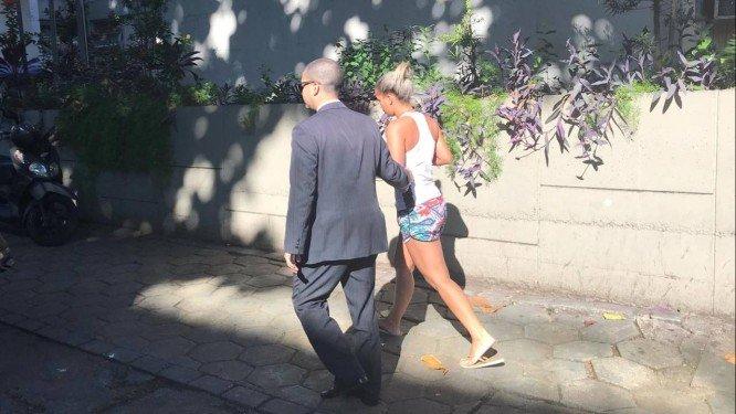 Mulher andando com um homem