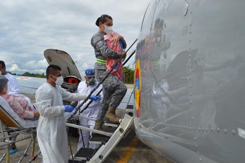 Un ángel de metal de su Fuerza Aérea transportó a bebé recién nacida para salvar su vida