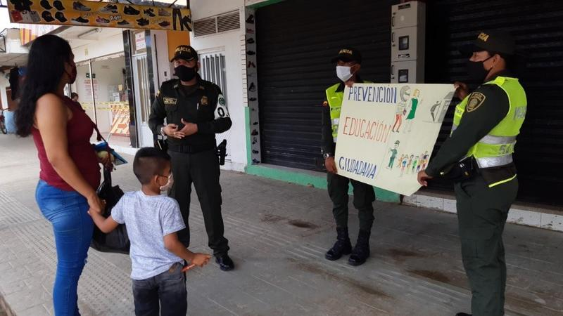 POLICÍA EN AMAZONAS PATRULLA LAS CALLES Y DA RECOMENDACIONES CONTRA LOS DELITOS EN JORNADA COMERCIAL
