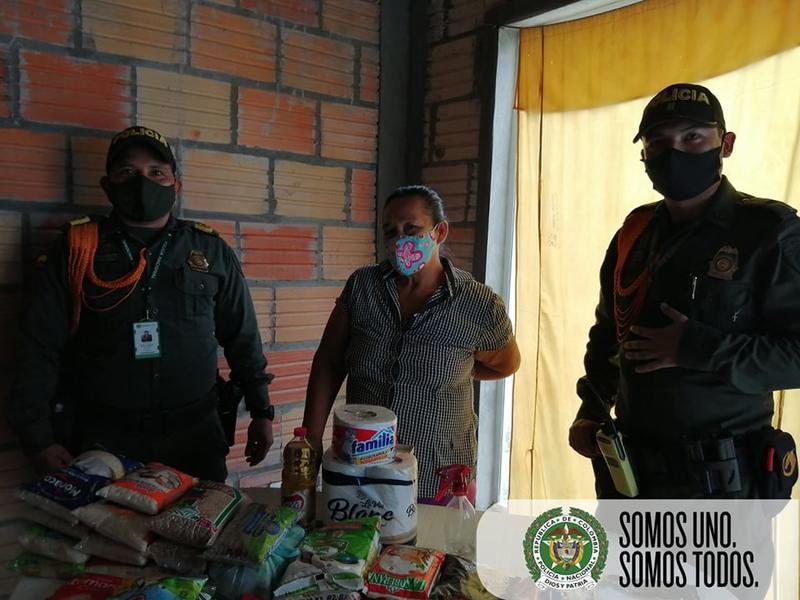 POLICÍAS EN LETICIA ENTREGAN AYUDA A FAMILIA DE ESCASOS RECURSOS