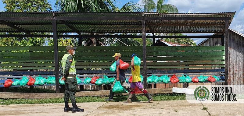 NUESTRA POLICIA  EN SAN PEDRO DE TIPISCA, UNA COMUNIDAD INDIGENA EN PUERTO NARIÑO ENTREGANDO AYUDAS HUMANITARIAS