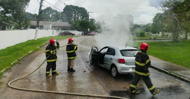 Carro pega fogo na descida do Brilhante