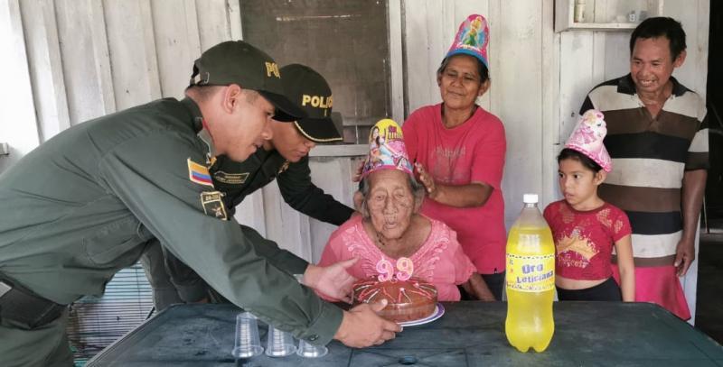 Personal de la estación de policía celebra los 99 años de una abuela de la comunidad