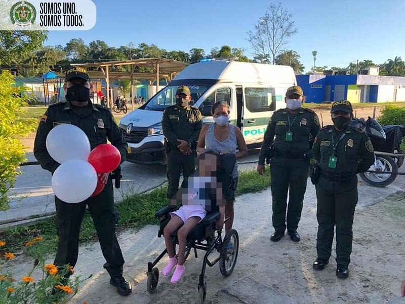 POLICÍA EN LETICIA CONSIGUE SILLA DE RUEDAS PARA NIÑA CON PROBLEMAS DE MOTRICIDAD