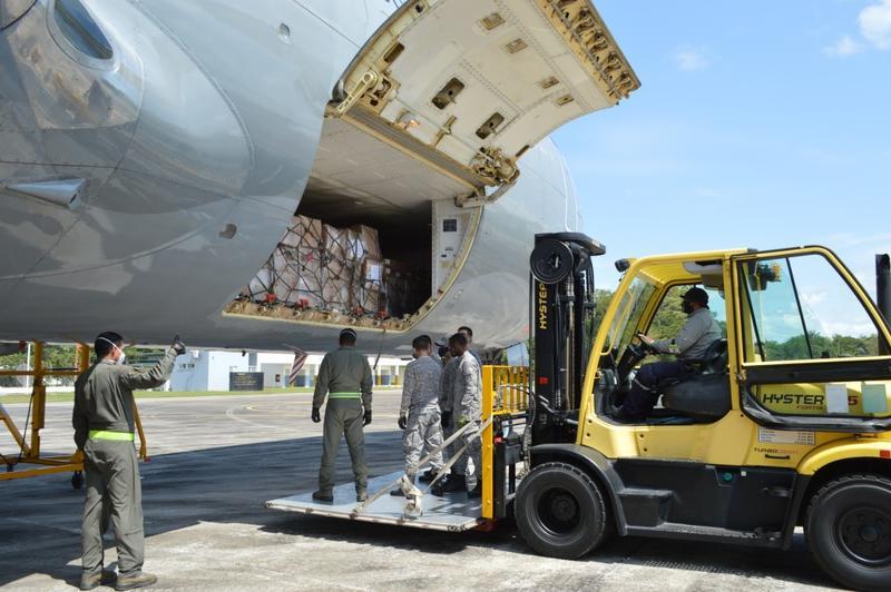 Niños y niñas de La Pedrera, área no municipalizada del Amazonas recibirán alimentos transportados por su Fuerza Aérea