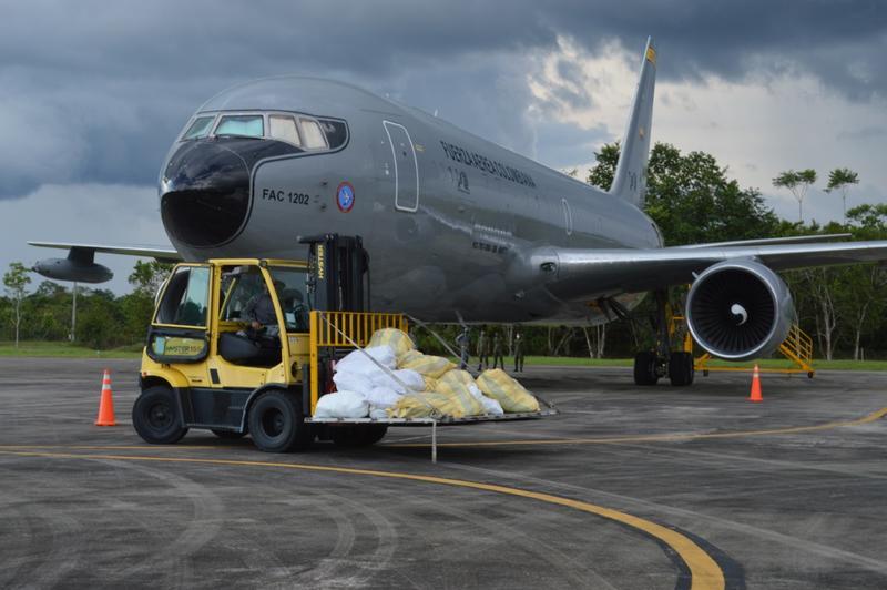 Ayudas para estudiantes y sus familias llegaron al Amazonas en un avión de su Fuerza Aérea