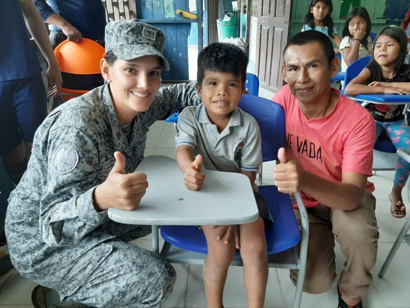 Niños y niñas indígenas reciben dotación escolar donada por la Fuerza Aérea Colombiana en el Amazonas